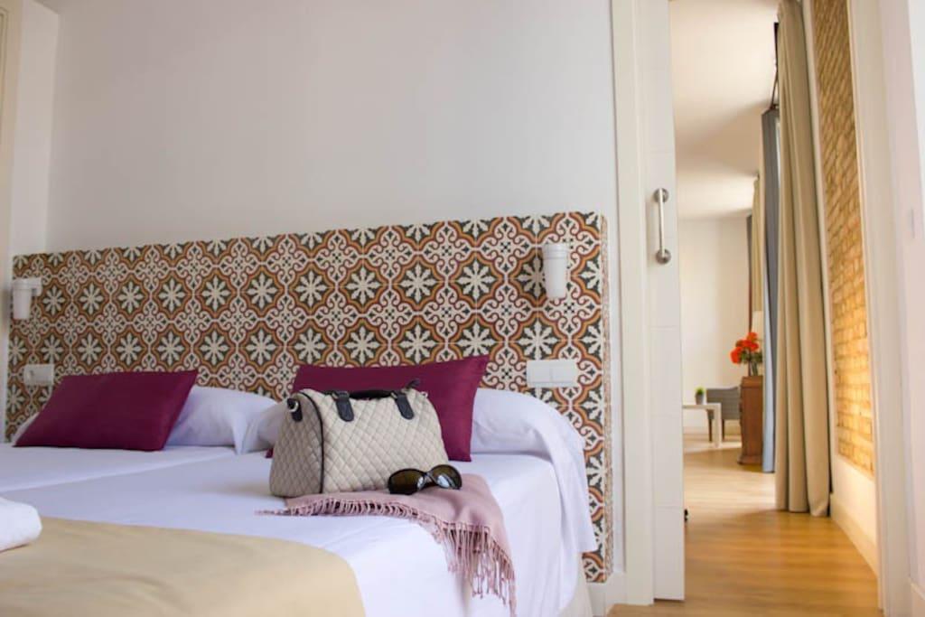 Dormitorio con dos camas individuales y cabecero típico Sevillano