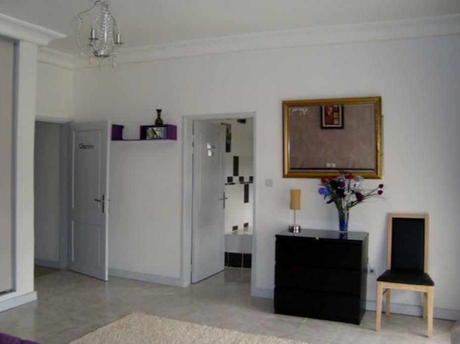 Face du lit chambre principale appartement F4 Dahlia