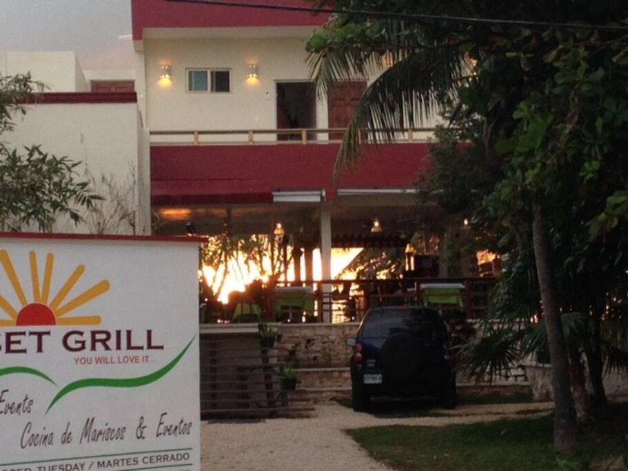 Encima del elegante restaurante Sunset Grill en la bahia de Isla Mujeres