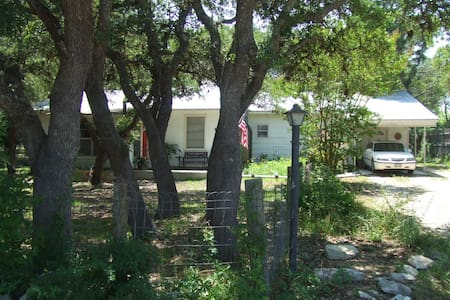 Eddo's Acre in Driftwood Texas - Driftwood - Bed & Breakfast