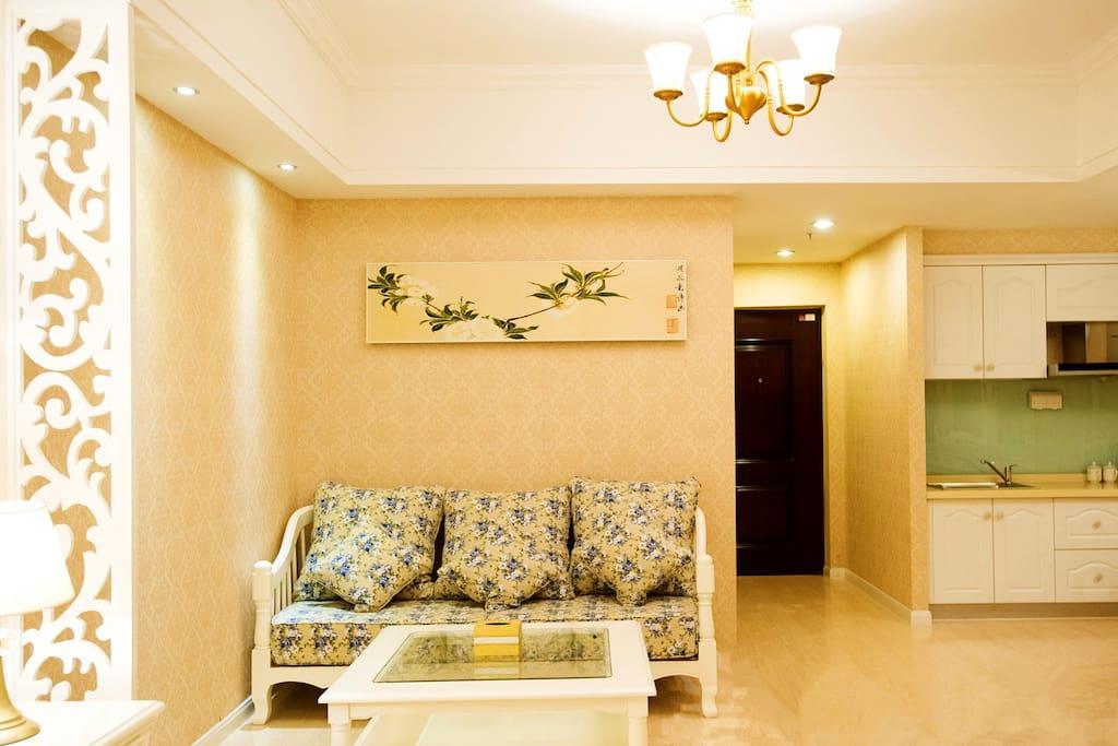 宽敞的小厅,精致的装饰,舒适的沙发,让您和朋友的聊天更随心自在!
