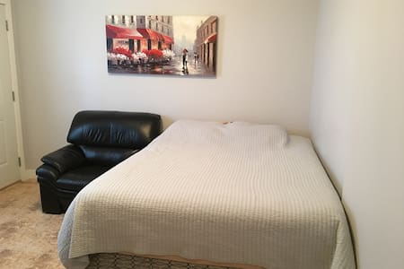 Separate / private entrance,washrm, queen bed,