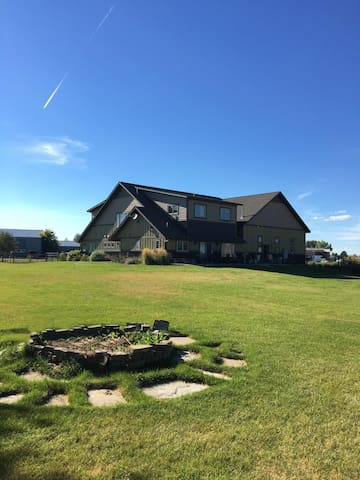 Country House, 3600 Square Feet of Fun/Relaxation!