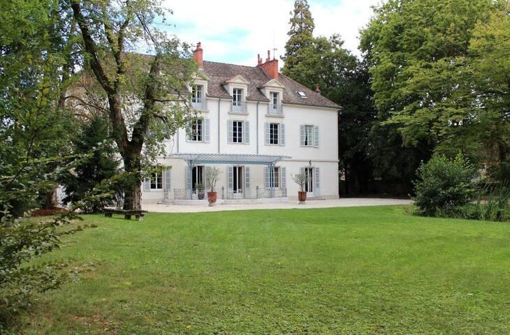 Chateau au coeur de la Bourgogne près de BEAUNE