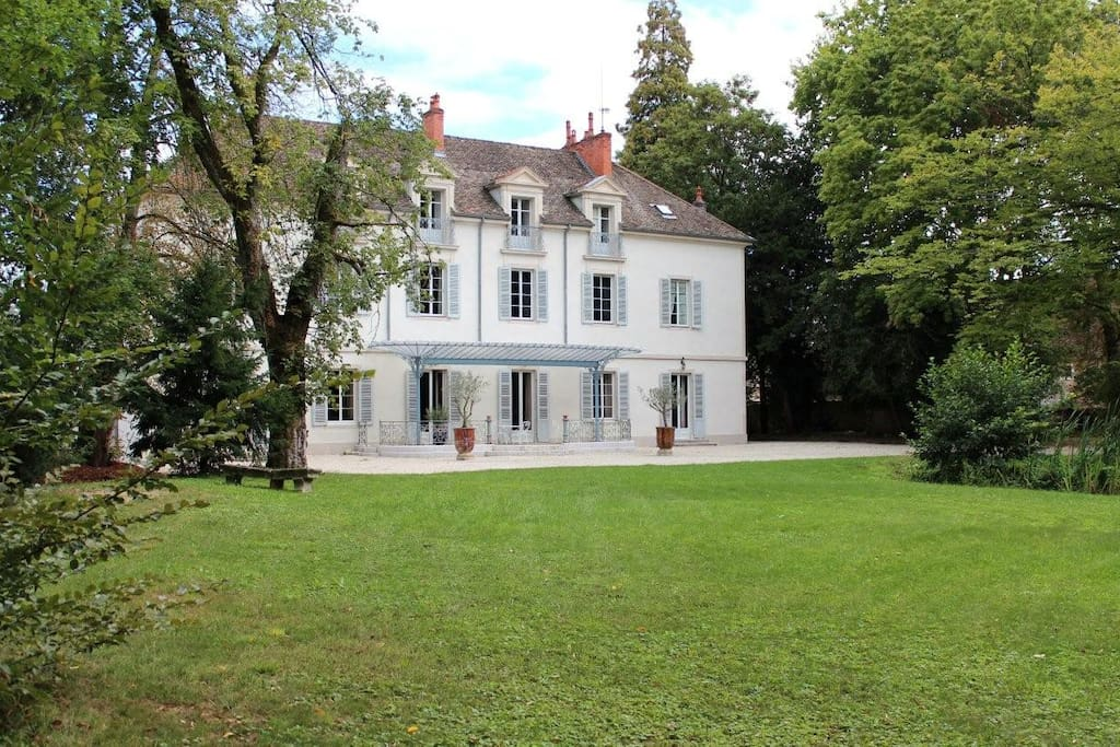 chateau au coeur de la bourgogne pr s de beaune castles for rent in tailly burgandy france. Black Bedroom Furniture Sets. Home Design Ideas