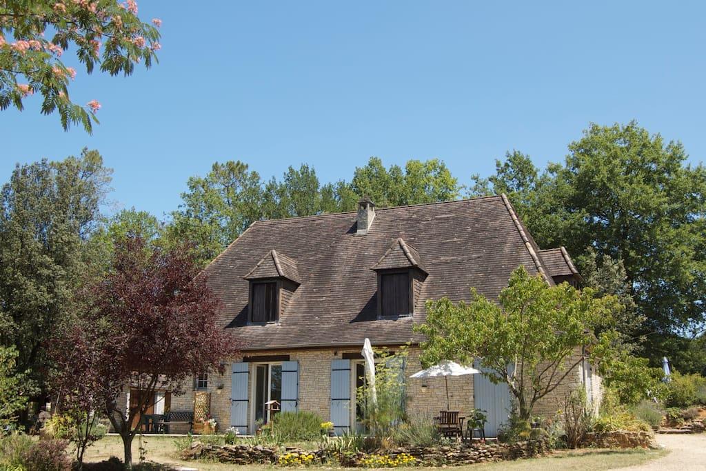 Les Petites Charmilles, a traditional Périgodine style house / maison à la Périgordine