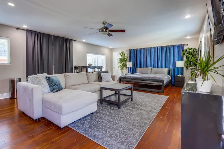 Downtown San Diego | King bed | Pool and Hot Tub
