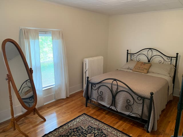 Cozy Oswego Spot- 2 bedroom apt, center of town