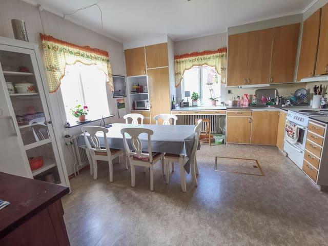 Ljust, rymligt och trevlig kök med fin utsikt.