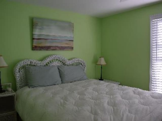 Queen bed with optional 2 twin loft, part lakeview
