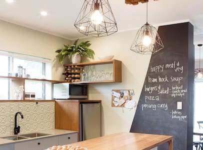 Funky Home in Auckland wine region - Kumeu