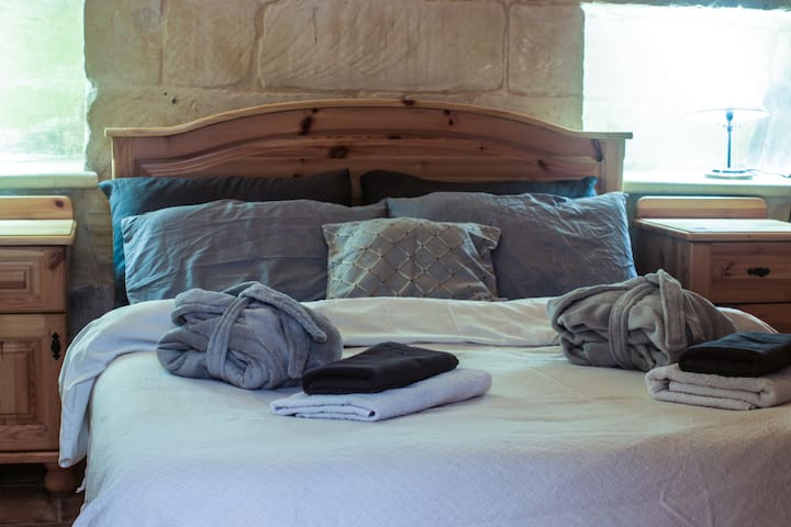 Spacious ground floor ensuite room, idyll tin yard - L-Għarb - Haus