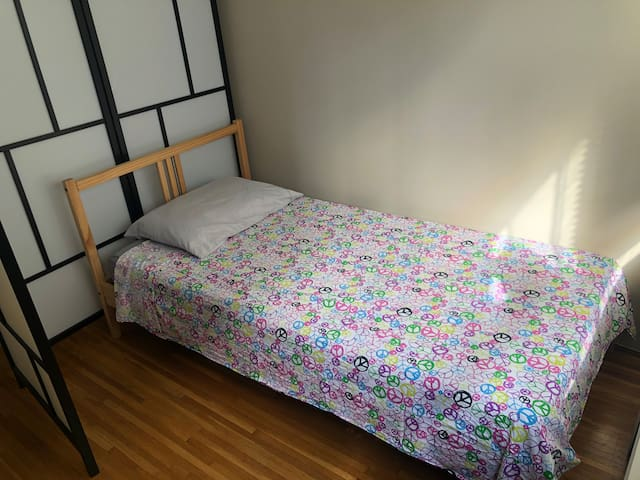 Single bed close to skytrain