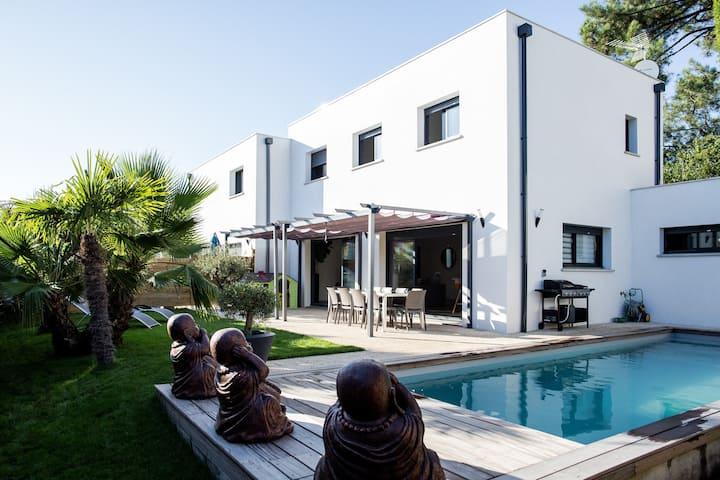 villa neuve idéalement située