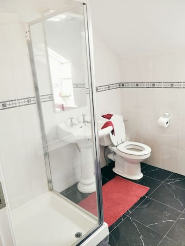 Bluebell Lodge Private Bathroom