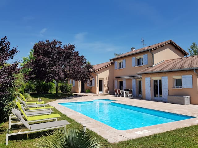 Chambre avec lit double dans villa avec piscine