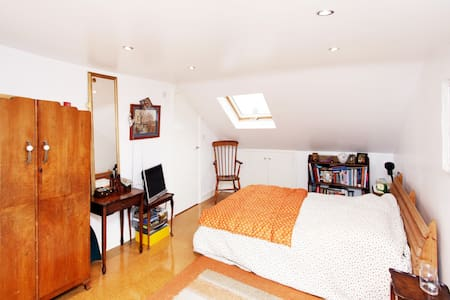 Double bedroom in loft conversion - Lontoo