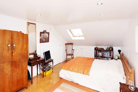 Double bedroom in loft conversion - Londres - Loft