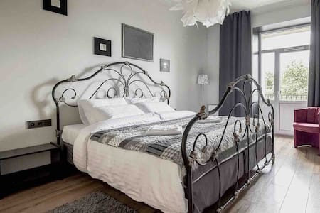 QUEEN! size bed apartment