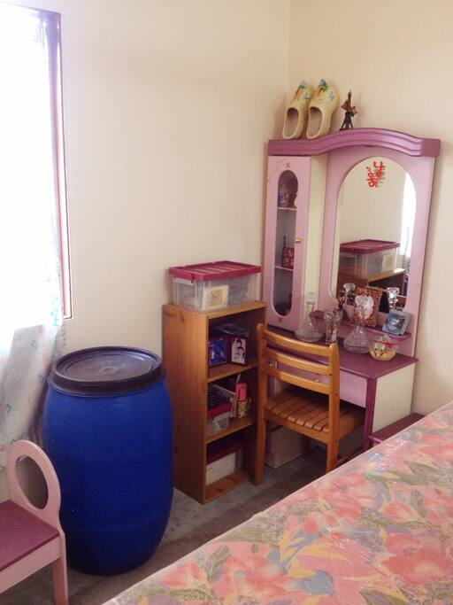 mirror, chair and a mini shelf at the corner. 角落里有镜子, 椅子和一个小柜