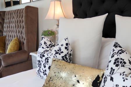 Daisy Place-STINKWOOD TREE CORNER- Luxury suite
