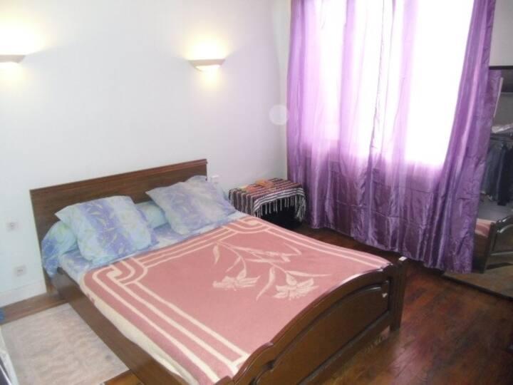Chambres meublées dans une maison .