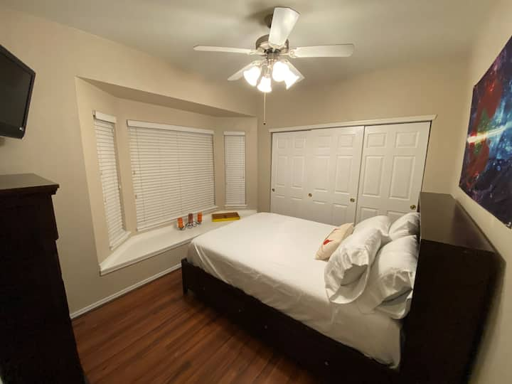 420 friendly Private Bedroom w/ private bath.