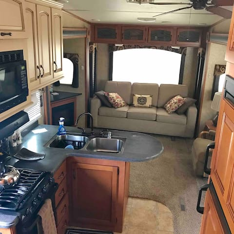 Luxury 36' RV in quiet neighborhood outside Tampa