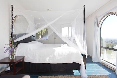 Jacuzzi Master Bedroom with Balcony - Berkeley - Rumah