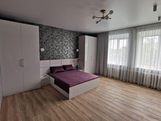 В нашей спальне Вас ждут самые сладкие сны! Ортопедический матрас, постельное белье только из натуральных тканей, широкая двуспальная кровать, разноурраневое освещение- обеспечат Вам долгий и продолжительный сон и замечательный отдых