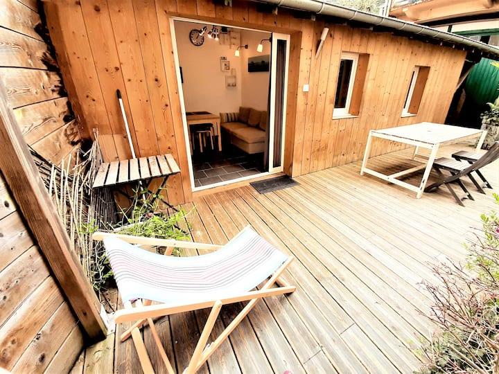 6 personnes, 2 studios indépendants avec terrasse.