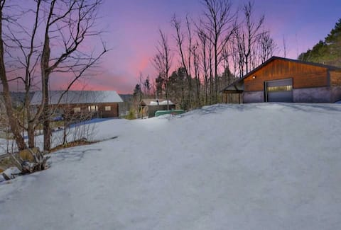 7 Beds, cottage + bunkie by Weslemkoon lake