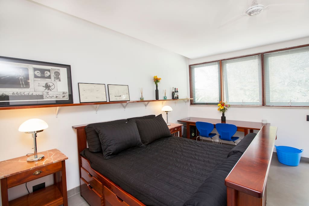 DAKOTA double suite with double mahogany captain's bed, large working table, ceiling fan, bathroom/shower, hi speed wi-fi, Sky tv.