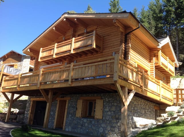 Independent lodging in a nice log house - Égat - Pousada