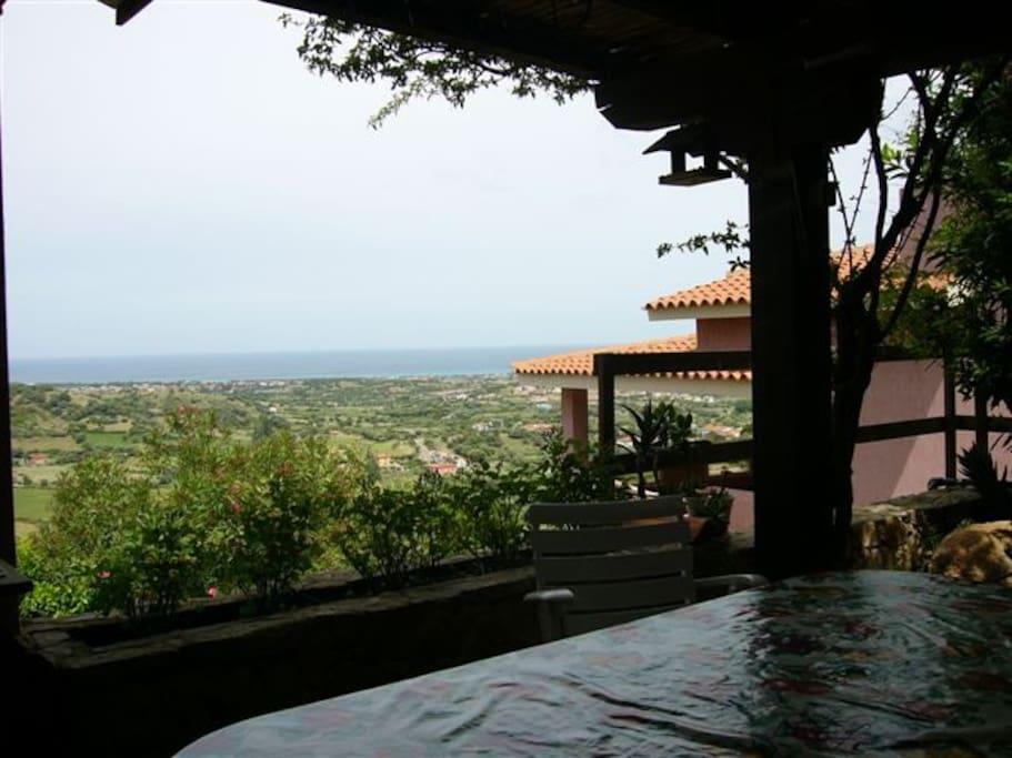Terrazza vista mare con gazebo ombreggiato e barbecue