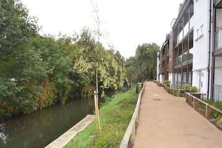 Gorgeous river city apartment - Canterbury