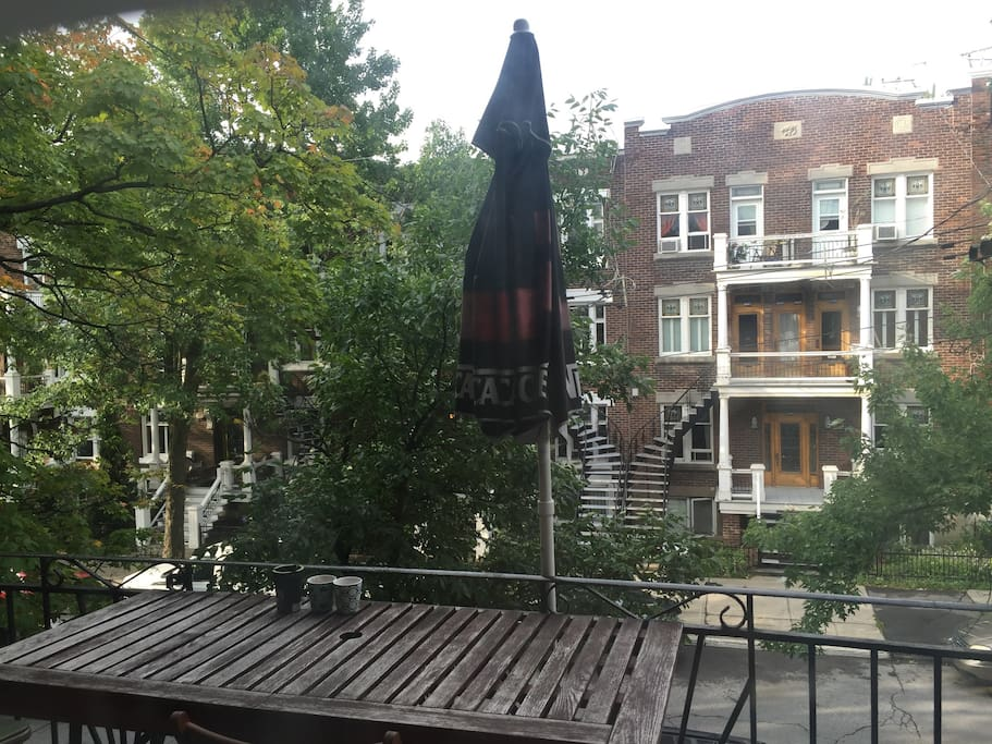 Balcon avant avec table et chaises