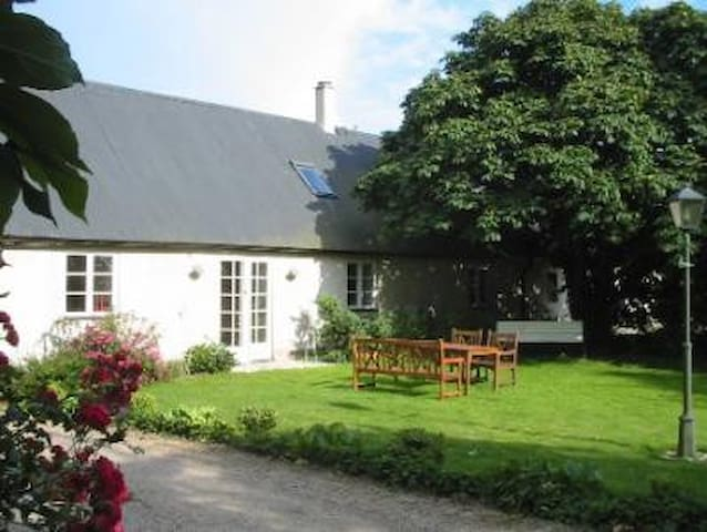 "Pretty farmhouse ""Lotta"" in Löderup - Löderup - Mökki"