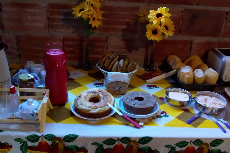 Café da manhã artesanal, delicioso e natural, pra ti lembrar a roça. Bolos, patês, geleias caseiras e leite direto da vaca.