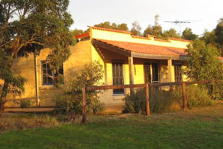 Dees Villa - self contained cottage . Pet friendly
