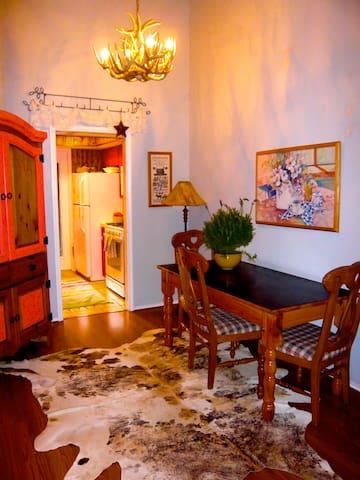 2 bedroom artist's retreat; country style comfort - Round Rock - Apto. en complejo residencial