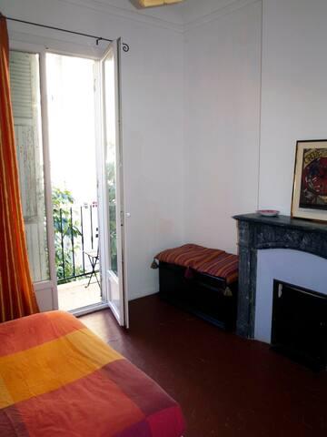 Chambre rouge donnant sur balcon