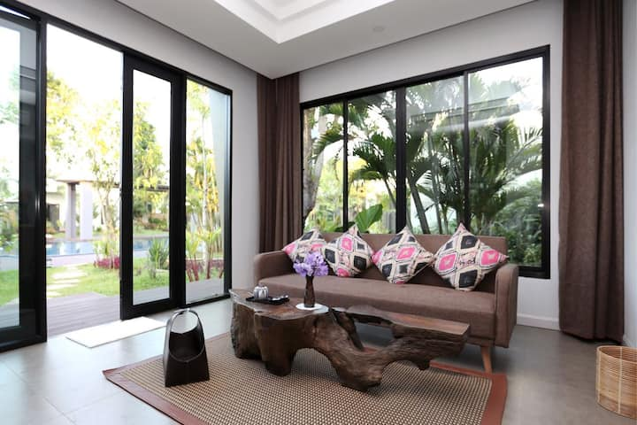 Corner pool villa with king bed