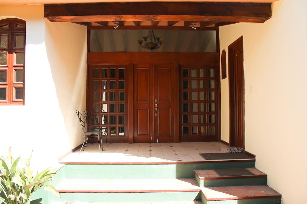 La entrada de la propiedad, con su recibidor techado en madera da un aspecto muy colonial y de alegria