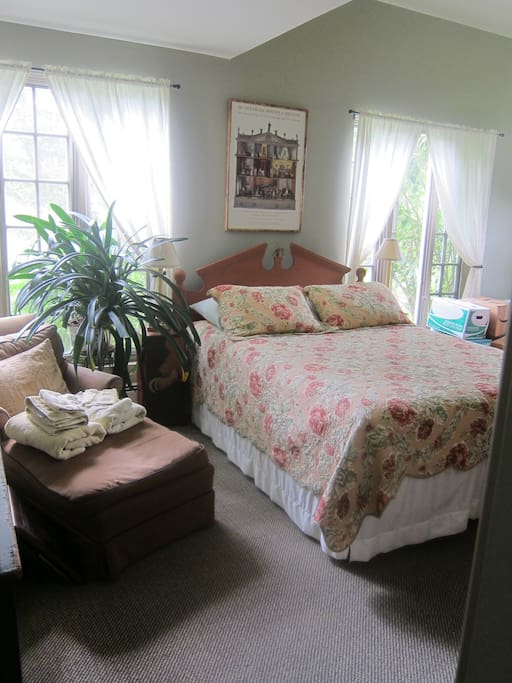 Guest room with queen bed and twin bed.