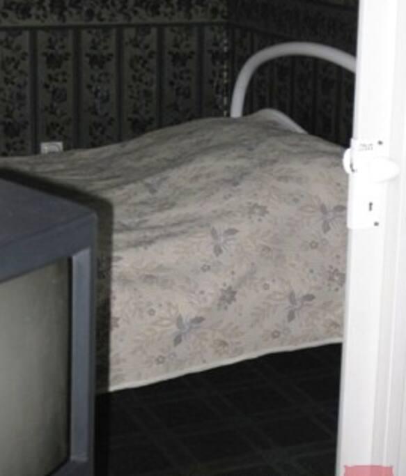 Телевизор есть в каждой комнате с кабельным телевидением на 84 русских канала .
