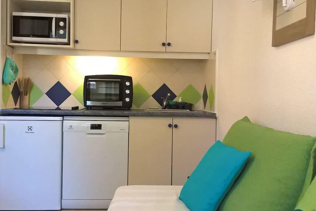 Une cuisine entièrement équipée ouverte sur le séjour : plaque de cuisson à induction 4 foyers, un four, un micro-ondes, un lave vaisselle, un frigo, un grille pain, une bouilloire, une machine à café, poêles, casseroles et plats divers, ustensiles de cuisine et vaisselle (pour 6 pers).