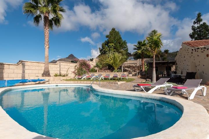 Villa Juliet, 4 bedroom villa private heated pool.