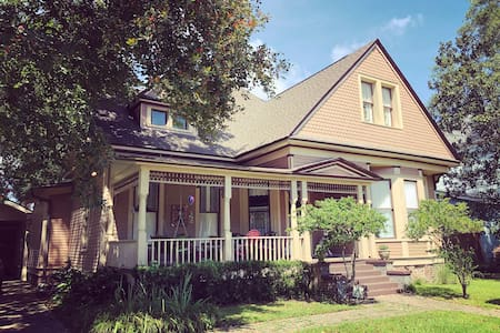 BAY ST Victorian: Book 3- 14, Family/ Group Suites