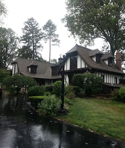Beautiful English tudor home in Merion Station - Merion Station